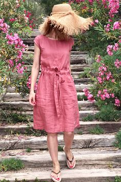 Add a dash of color to your wardrobe with a linen dress in rose. The perfect summer staple. Add a dash of color to your wardrobe with a linen dress in rose. The perfect summer staple. Linen Dress Pattern, Dress Patterns, Short Summer Dresses, Short Sleeve Dresses, Spring Dresses, Long Sleeve, 60s Style Clothing, Comfortable Summer Outfits, Mode Chic