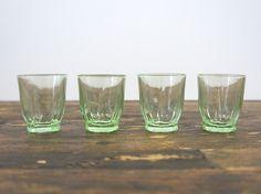 Vier ouderwetse groene borrelglaasjes