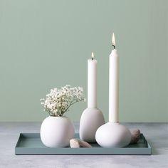 Aura sæt fra Créton Maison. Sættet indeholder en minivase og to lysestager. Lad sættet pynte i vindueskarmen, på en hylde eller på sofabordet. Sættet kan også skilles ad og kombineres med andre vaser og lysestager. Farve: Fås i Hvid, gråblå og sort  Materiale: Porcelæn