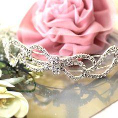 Diadème mariage Romance : chic et merveilleusement glamour, ce très élégant diadème mariage orné d'un joli noeud sublimera votre coiffure de mariée.