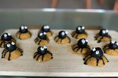 Raw vegan spider cookies for Halloween Spider Cookies, Raw Cake, Raw Vegan, Cakes, Halloween, Recipes, Cake Makers, Kuchen, Recipies