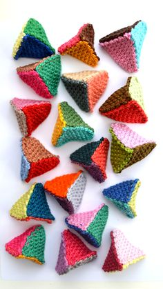 Crochet Diy crochet triangles Cat nip inside they like this funny to watch, not in English but easy to figure out. Crochet Cat Toys, Crochet Diy, Crochet For Kids, Crochet Animals, Crochet Ideas, Diy Cat Toys, Cats Diy, Shawl Crochet, Crochet Stitches