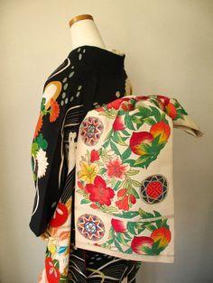 thekimonogallery: Kimono and obi with flower Colors Keka❤❤❤ Moda Kimono, Furisode Kimono, Kimono Fabric, Traditional Kimono, Traditional Outfits, Traditional Japanese, Kimono Tradicional, Kimono Japan, Kimono Design