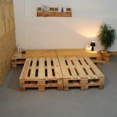 How To Make A Pallet Bed, Learn How To Make Pallet Furniture, You'll Love, Are Perfect mesadepallet to makepallet furniture # moveisdepallet Wooden Pallet Beds, Pallet Bed Frames, Diy Pallet Bed, Diy Pallet Projects, Pallet Furniture, Pallet Ideas, Bed Pallets, Palette Deco, Diy Home Decor