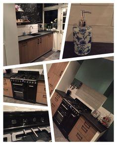 Massief robuust houten keuken met Smeg fornuis. Achter de kraan een krijtbord. Delft blauwe zeeppomp. Granieten keukenblad