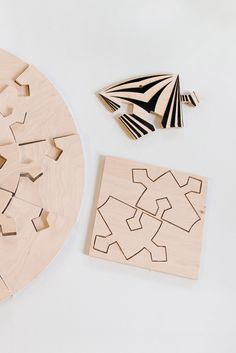 Each puzzle is engraved with a laser. The whole set of 20 plywood puzzles placed in two rings around the center mechanism creates a tiger-like dimensional pattern.