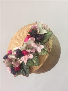 tocado de buntal y cmbinacione de flores y frutos invitadas elegantes