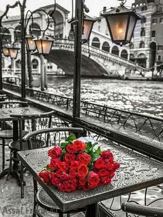 Red roses for a rainy day in Venice, Italy. It is still one of the most romantic places on earth rain or no rain. Oil Painting On Canvas, Diy Painting, Painting Abstract, Beautiful Places, Beautiful Pictures, Rose Pictures, Beautiful Scenery, Paint By Number Kits, Beltane
