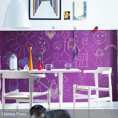 Mit Tafellack an der Wand können sich Kinder jeden Tag aufs Neue sorgenfrei ausprobieren. Der lilafarbene Lack bedeckt die untere Hälfte der Wand und passt…