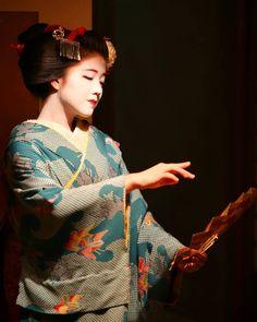 February 2017: Serene Maiko Katsuna (Daimonji Okiya) of Kamishichiken dancing at the Kitano Tenmagu Shrine.  Source: Junichiro Takikawa on Instagram