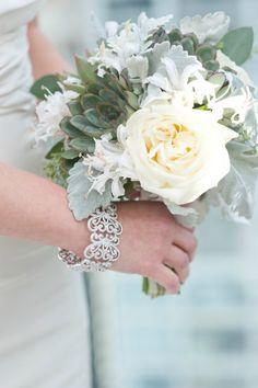 Original y preciosa propuesta en verdes  #novia #bouquet