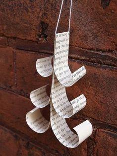 simple paper christmas tree ---- こちらは簡単なのに仕上がりがとってもユニークな、ツリー型オーナメント。文字の部分だけのもののほか、イラスト部分を混ぜてもいい感じになりそうですね。