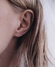 Trending Ear Piercing ideas for women. Ear Piercing Ideas and Piercing Unique Ear. Ear piercings can make you look totally different from the rest. Smiley Piercing, Spiderbite Piercings, Piercing Eyebrow, Ear Peircings, Piercing Tattoo, Pretty Ear Piercings, Ear Jewelry, Cute Jewelry, Jewelry Accessories