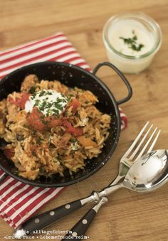 Kroatisches Reisfleisch mit Joghurt und Knoblauchöl, aus dem Ofen, Familienessen, Familienküche, Reis, Paprika, Joghurt, Knoblauch