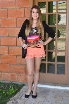 Oi meninas, tudo bom? Hoje vim com outro look NEON baphônico para vocês. Adoro peças coloridas para alegrar o look. O shorts é de renda e numa cor laranja...