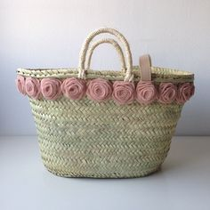 Risultati immagini per capazos decorados con crochet My Bags, Purses And Bags, Color Type, Fundraising Crafts, Diy Tote Bag, Straw Handbags, Straw Tote, Boho Bags, Basket Bag