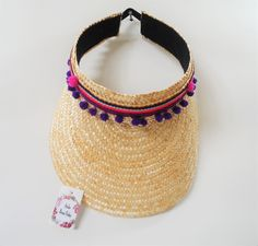 Viseiras de palha, customizadas com pompons e bordados, com um lindo estilo hippie chic!