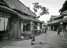 These rare shots of vintage Japan during 1908 are thanks to the acute artistic eye of Arnold Genthe. The German-born American scholar honed his photographi Japanese History, Japanese Culture, Old Pictures, Old Photos, Photo Japon, Samurai, Japan Landscape, Japanese Castle, Ghost Of Tsushima