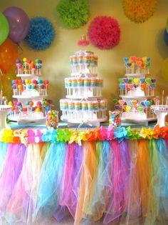 Decoracion de borde mesa con tul de colores, para una fiesta para niñas.