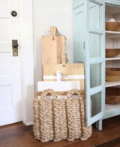 Don't have the space in your cupboard? No worries, create the space for your favorite serveware! We love this trendy solution of displaying them in a rush basket! Kitchen Pantry Design, Soft Blankets, Cupboard, Basket, Serveware, Fashion Beauty, Advice, Lifestyle, Home Decor