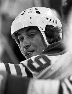 Black and White of Canadian icon - Wayne Gretzky Hockey Memes, Hockey Logos, Hockey Players, Famous Aquarians, The Good Son, Hockey World, Wayne Gretzky, Sport Icon, Latest Sports News