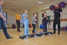 Gleichgewicht und Körpergefühl stehen im Vordergrund SYSTEMA Austria Basketball Court, Sports, Kids, Weights, Hs Sports, Young Children, Boys, Children, Sport