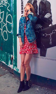 Street style look com vestido floral, jaqueta jeans e bota.