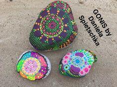 Mit GoniDecor Farben Steine farbenfroh gestaltet.