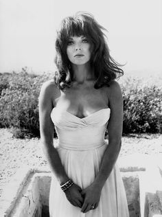 Joan Collins This is who my sister's mother-in-law always says I look like. Joan Collins Young, Dame Joan Collins, Jackie Collins, Classic Actresses, Female Actresses, Beautiful Actresses, Hollywood Glamour, Hollywood Stars, Old Hollywood