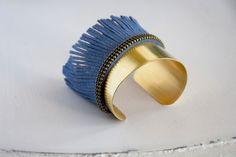 Bracelet manchette laiton chaine et frange suédine bleu indigo : Bracelet par les-delires-de-lolotte