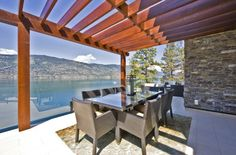 pergola moderne en bois pour la terrasse avec un garde-corps en verre