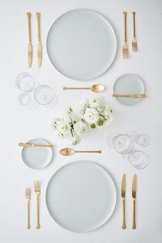 gold and silver flatware Table Setting Etiquette, Table Etiquette, Comment Dresser Une Table, Place Settings, Table Settings, Table Set Up, Ceramic Tableware, Deco Design, Deco Table