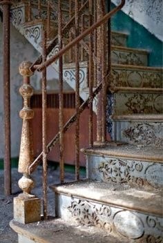 Beautiful staircase in an abandoned house. Old Buildings, Abandoned Buildings, Abandoned Places, Stairway To Heaven, Grand Stairway, Abandoned Mansions, Stairways, Belle Photo, My Dream Home