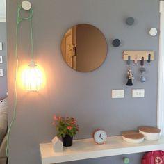 Entrada: espejo, balda y colgador de llaves
