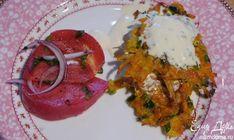 Хрустящие драники с помидорами и маринованным луком от Юлии Высоцкой   Вместо уксуса можно взять лимонный сок, а если не любите кислое, залейте нарезанный лук кипятком и оставьте на 2–3 минуты, а потом погрузите на несколько секунд в ледяную воду — и можно добавлять его в салат! #едимдома #кулинария #кухня #утросюлиейвысоцкой #завтрак #драники #рецепт
