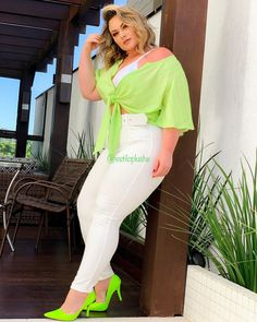 Este posibil ca imaginea să conţină: unul sau mai mulţi oameni, oameni în picioare, pantofi şi în aer liber Mai, Neon, The Dreamers, White Jeans, High Waisted Skirt, Curvy, Plus Size, Clothes For Women, Womens Fashion