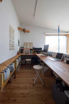 今どきの2階ホール活用術!書斎&ワークスペース | 間取りプラン | 家づくりのアイデア | Replan(リプラン)WebMagazine #吹き抜け #パソコンスペース #スタディコーナー #勾配天井 Home Office Design, House Design, Ideas Dormitorios, Desk Inspiration, Flat Interior, Studio Room, Interior Decorating, Interior Design, Wood Interiors