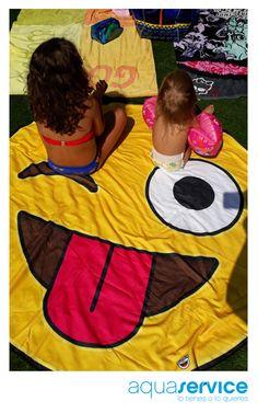 Nos encanta recibir las fotos de ganadores y ganadoras de las divertidas toallas que sorteamos en las redes sociales Aquaservice. ¡Es genial despertaros una sonrisa! #aquaservice Picnic Blanket, Outdoor Blanket, Towels, Smile, Social Networks, Hilarious, Events, Pictures, Picnic Quilt