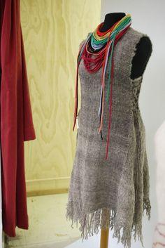 Prendas de vestir tejidas en telar manual con lana de oveja hilada a mano, teñida con productos naturales. TIENDA: 21 DE MAYO 306 COYHAIQUE CHILE TEL. 89212142 tejidosatelar@huitral.cl