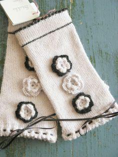 Lekre pulsvanter i alpakka ullgarn:) med tommel. Gloves, Fashion, Moda, Fashion Styles, Fashion Illustrations