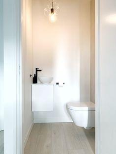 Toilet Room Decor, Toilet Wall, Bathroom Inspo, Bathroom Inspiration, Outdoor Toilet, Modern Toilet, Downstairs Toilet, One Bed, Powder Room
