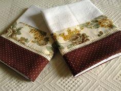 Pano de prato com barrado floral e bolinhas em tricoline e ponto palito,