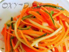 Хрустящий салат с морковью, перцем и огурцом Ингредиенты:   морковь свежая - 2 шт средних огурцы свежие - 3 шт маленьких перец сладкий - 1 шт большой Заправка:  соевый соус - 2-3 ст. л. уксус столовый - 0,5 ст. л. масло растительное - 2-3 ст.л. лук репчатый - 1 небольшая шт чеснок - 3 зубчика.