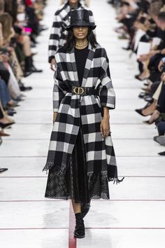 Christian Dior Fall 2019 Fashion Show . Designer ready-to-wear looks from Fall 2019 runway shows from Paris Fashion Week Dior Fashion, Vogue Fashion, Fashion 2020, Runway Fashion, Fashion Brands, Fashion Show, Fashion Outfits, Fashion Design, Space Fashion