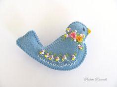 Felt Birdie Pin / Bird pin. by Beedeebabee