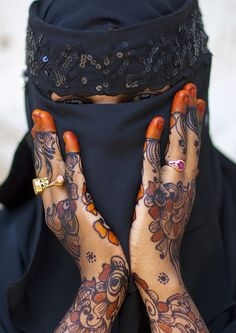 Henna decoration - Lamu Kenya  With nice henna designs! In Lamu, many women i met told me they put the veil to avoid boys bother them!