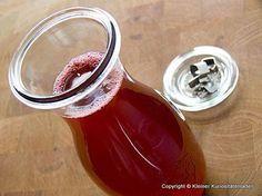 Himbeer-Essig - ganz einfach und schnell - nur Himbeeren und Essig (auch mit Erdbeeren oder anderen Früchten gut) - http://www.kuriositaetenladen.com/2011/04/himbeer-essig.html