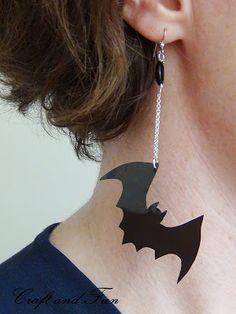 DIY Eco-friendly Bat Earrings - Create your own bat earrings by recycling old floppy disk Halloween Schmuck, Halloween Jewelry, Paper Earrings, Diy Earrings, Floppy Disk, Spooky Halloween Crafts, Halloween Ideas, Halloween Costumes, Diy Jewelry