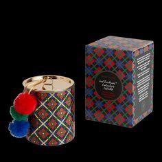 Profitez d'une fragrance saisonnière avec style grâce à ce pot à bougie orné d'un motif de plaid haut en couleur et surmonté d'un couvercle amusant en métal présentant des pompons festifs qui vous enchanteront. Fruits glacés est un délicieux mélange rafraîchissant alliant des fragrances de canneberge givrée, de grenade, de pomme dorée et de pêche fraîchement cueillie. Pots, Grenade, Decoration, Cube, Fragrance, Style, Pom Poms, Scented Candles, Ice