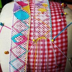 Vamos a ver como queda.  Retomando el arte de hacer #trencillas en #mundillo #pollerapanameña Bobbin Lacemaking, Armenia, Folk, Embroidery, Sewing, Instagram, Crochet, Bobbin Lace, World